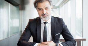 homem-de-negocios-sentado-na-mesa-e-olhando-para-voce_1262-4702